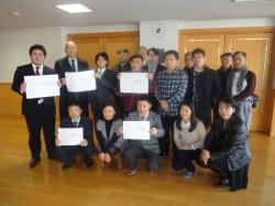 南モンゴルで、土地を強制収容された牧畜民を支持するメッセージを掲げる参加者。左端は鎌倉市議会議員の上畠寛弘先生。先生は、牧畜民支援のメッセージを持って頂くという南モンゴル人の依頼に快く応じてくださった。