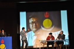 「モンゴル国と南モンゴルとの連携はどうなっているのか?」という質問に対し、モンゴル国在住の方から今回の北京に赴いた牧畜民への支持声明があった事例などを解説。テムチルト氏の回答を翻訳する際、通訳アリチャ氏による身振りを交えた情熱的な説明があった。